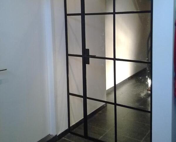 De deur met zijlichten is precies op maakt gemaakt voor deze doorgang.