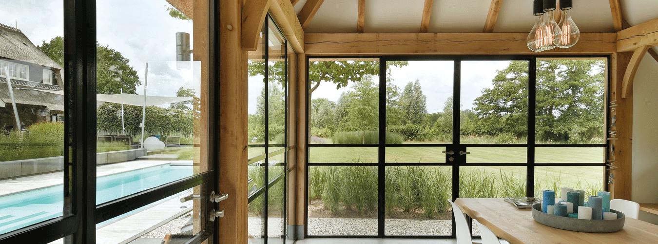 In de zomer kun je ook van het lekkere weer genieten door deze openslaande stalen tuindeuren.