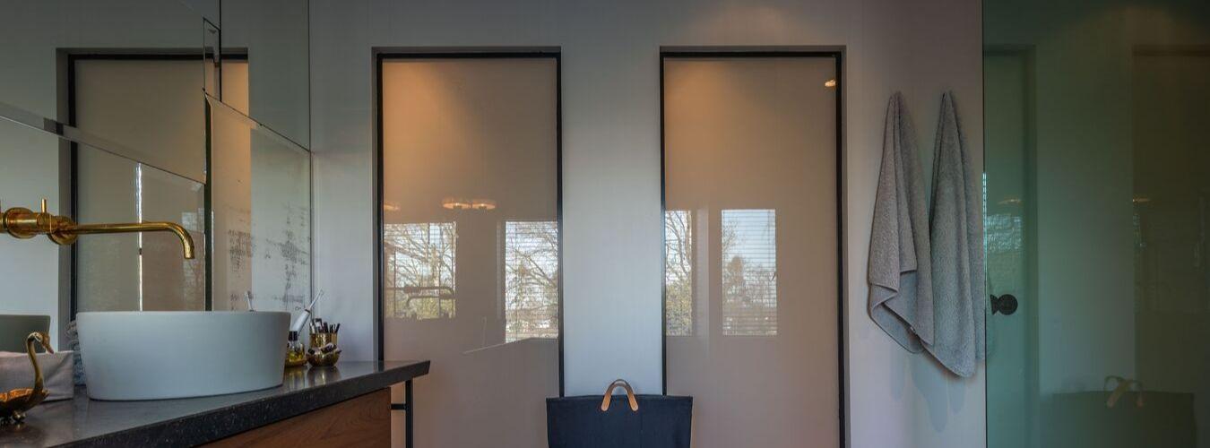 Stalen ramen op maat, melkglazen ramen in badkamer, gerealiseerd door StalenDeurenHuys
