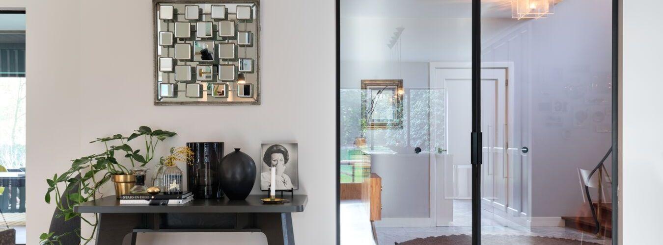 stalen deuren in moderne villa, gerealiseerd door StalenDeurenHuys