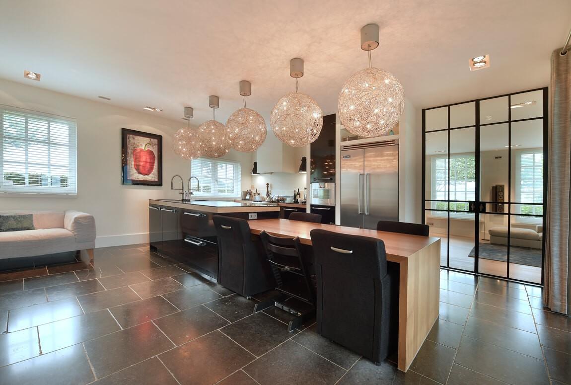 Stalen scheidingswand in Enter is luxe roomdivider tussen living en keuken. Realisatie door StalenDeurenHuys