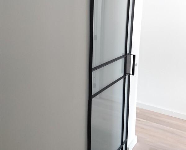 Deze stalen deur heeft een speelse vlakverdeling.