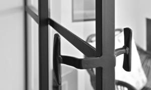Een authentieke greep op de stalen deur.