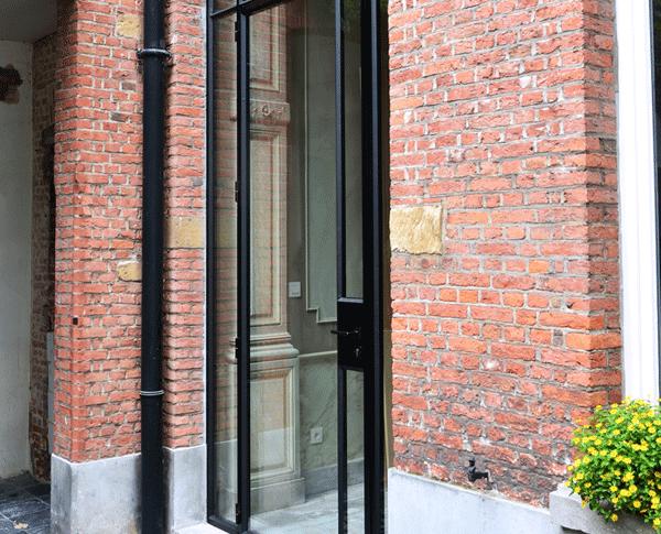 De stalen buiten deur is voorzien van dubbel glas, een goed isolerende deur dus!