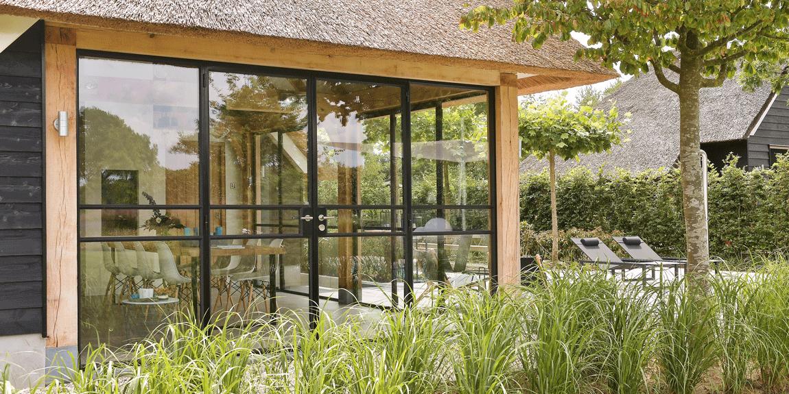 Strakke stalen buitendeuren in poolhouse - realisatie stalen deuren door StalenDeurenHuys - stalen vouwdeuren