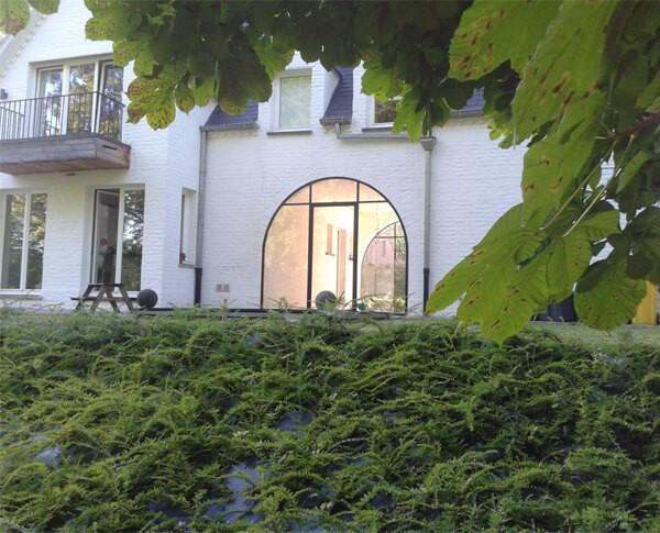De buitenpui zorgt voor een doorkijk van de woning naar de tuin.