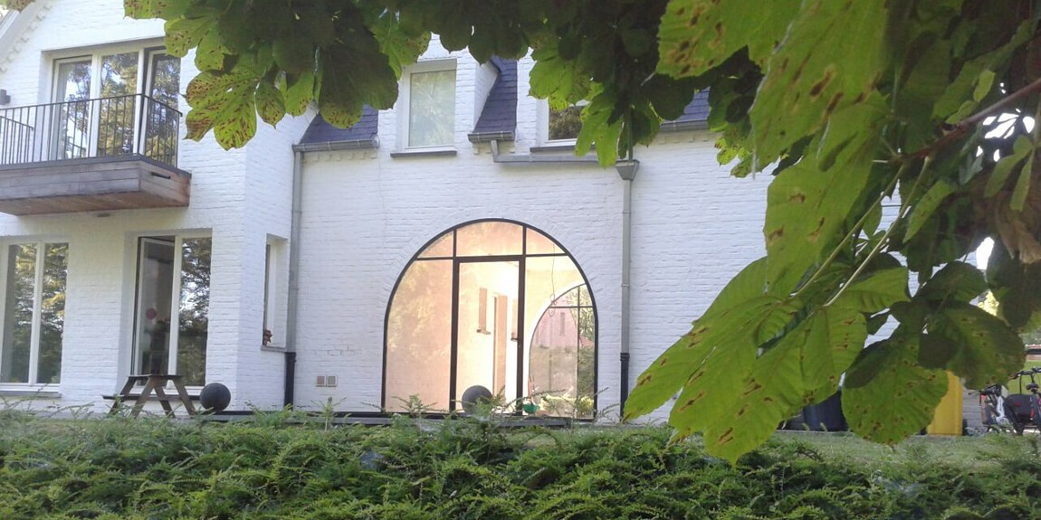 stalen buitendeur in ovale vorm, authentieke buitenpui