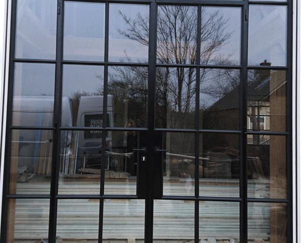In deze dubbele scharnierdeuren is een landelijke vlakverdeling gebruikt.