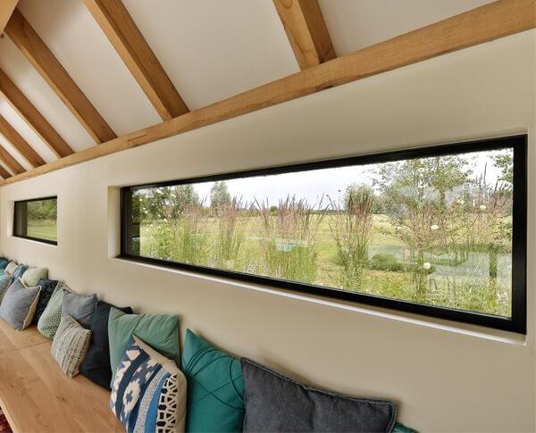 Deze stalen ramen hebben geven een panoramisch uitzicht.