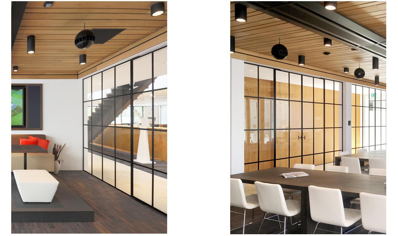 Deze stalen ramen fungeren als scheidingswand tussen een vergaderruimte en een druk belopen wandelgang.