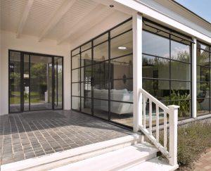 De dubbele stalen deuren zijn een moderne toevoeging aan de woning.
