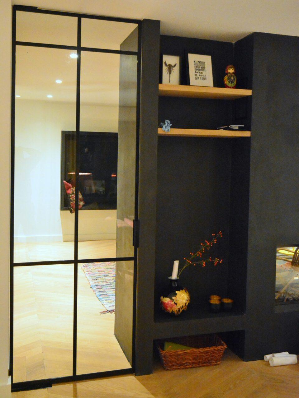 Stalen taatsdeur fungeert als roomdivider in project Bergeijk, gerealiseerd door Stalen Deuren Huys