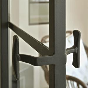 Leuke details: een authentieke greep op deze stalen deur.