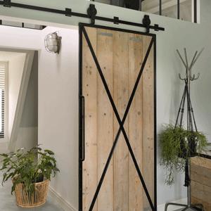 Ook toepassingen met hout zijn te vervaardigen in stalen deuren.