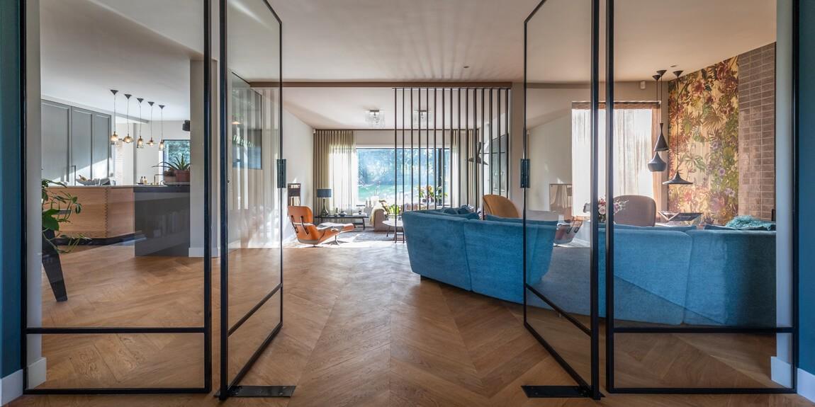 Stalen taatsdeuren benadrukken de zichtlijnen van het interieur