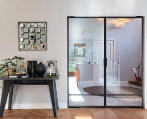 Stalen taatsdeuren zorgen voor een modern interieur