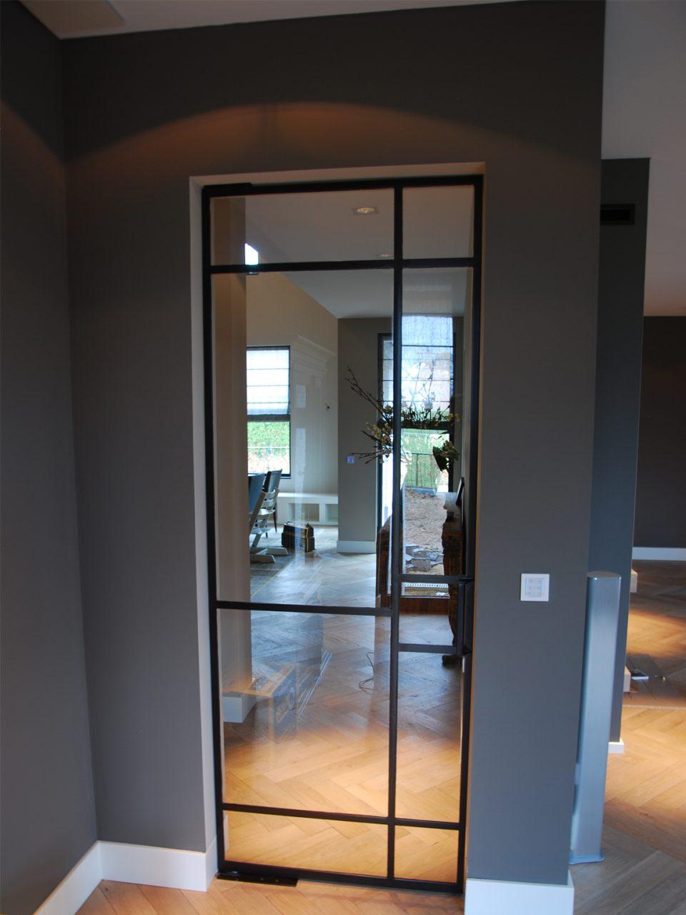 Taatsdeur op maat in moderne woning, stalen deuren gerealiseerd door Stalen Deuren Huys