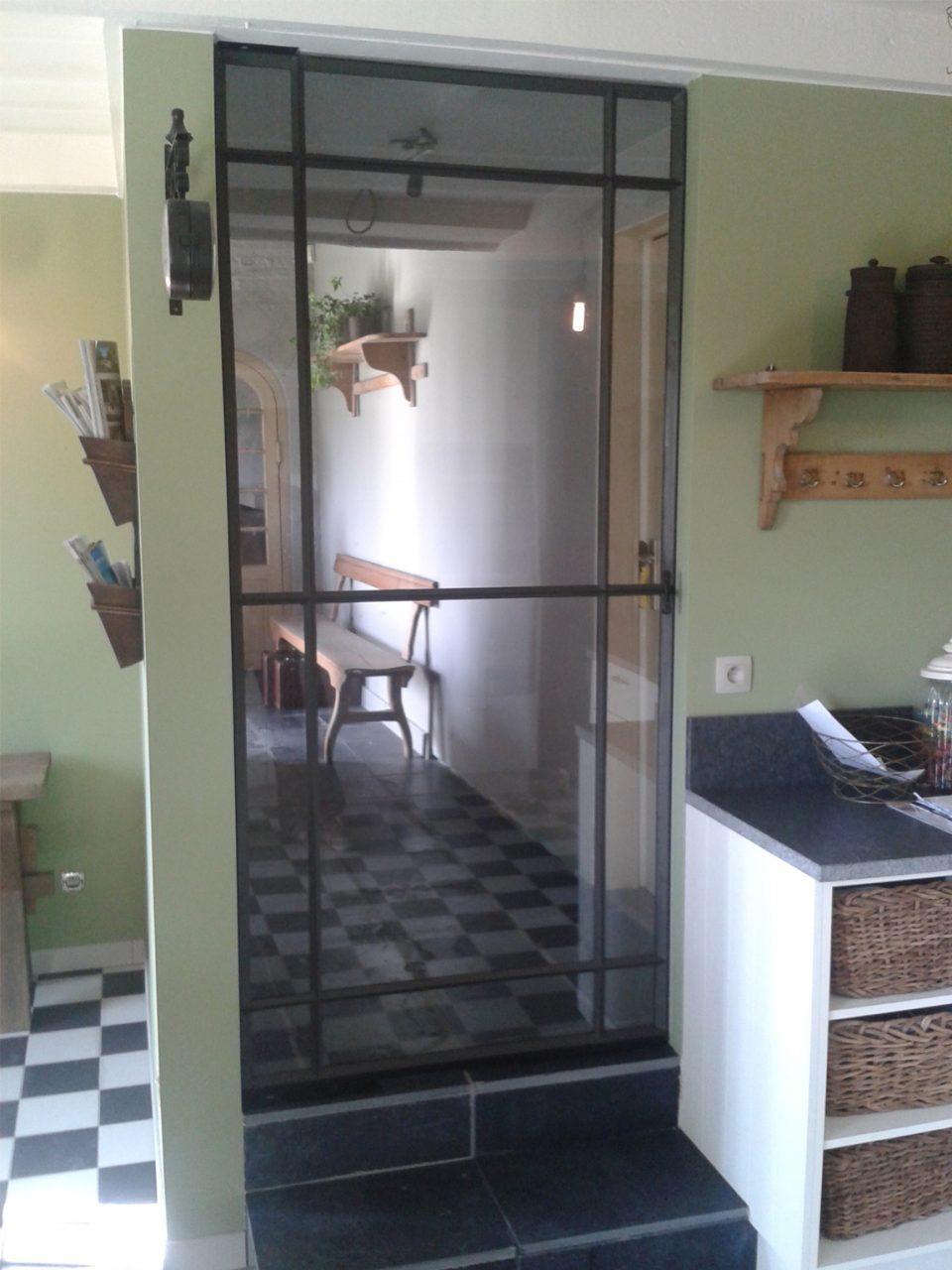 Stalen taatsdeur in landelijke keuken, stalen deur op maat, Stalen deuren gerealiseerd door Stalen Deuren Huys