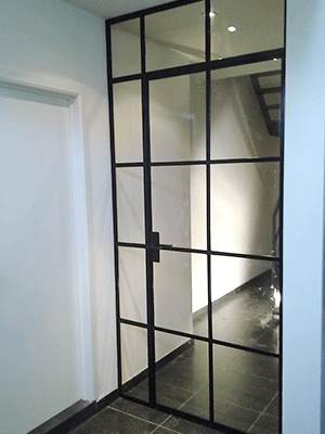 Stalen deur naar trappenhal.