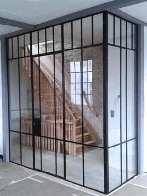 Super ranke stijlen in het frame van de stalen deur.