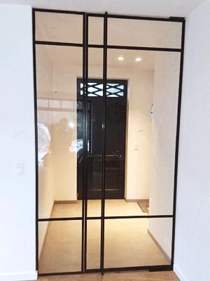 De voordeur mooi zichtbaar door de stalen deur met glas.
