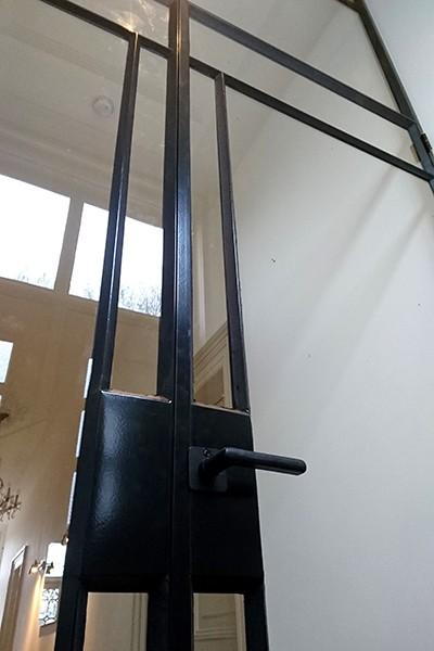 Stalen tochtportaal in klassieke woning gerealiseerd door StalenDeurenHuys