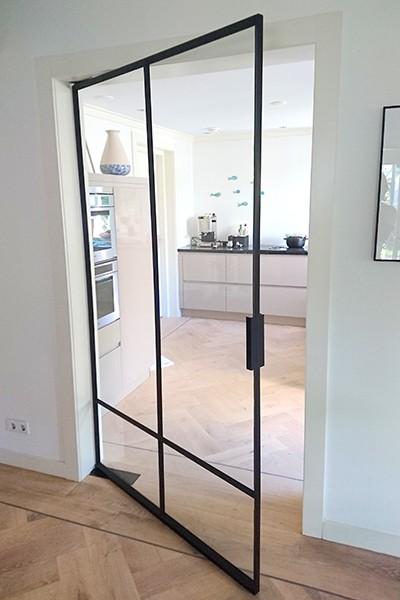 Stalen deur met korte handgreep, roomdivider, stalen deuren, StalenDeurenHuys