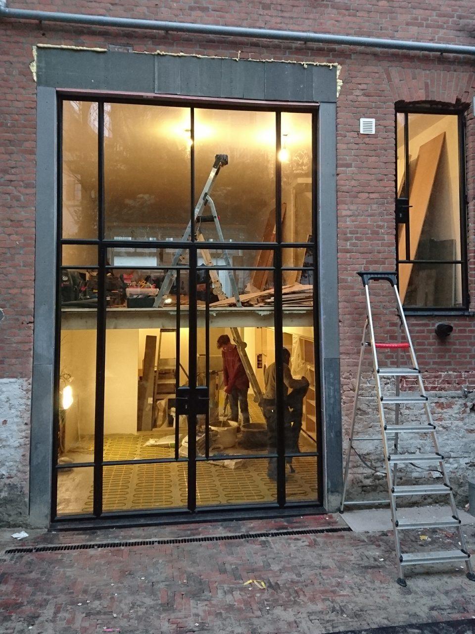 hoge stalen buitendeuren in Rotterdam met een stalen raam aan de zelfde zijde van de woning. Realisatie StalenDeurenHuys
