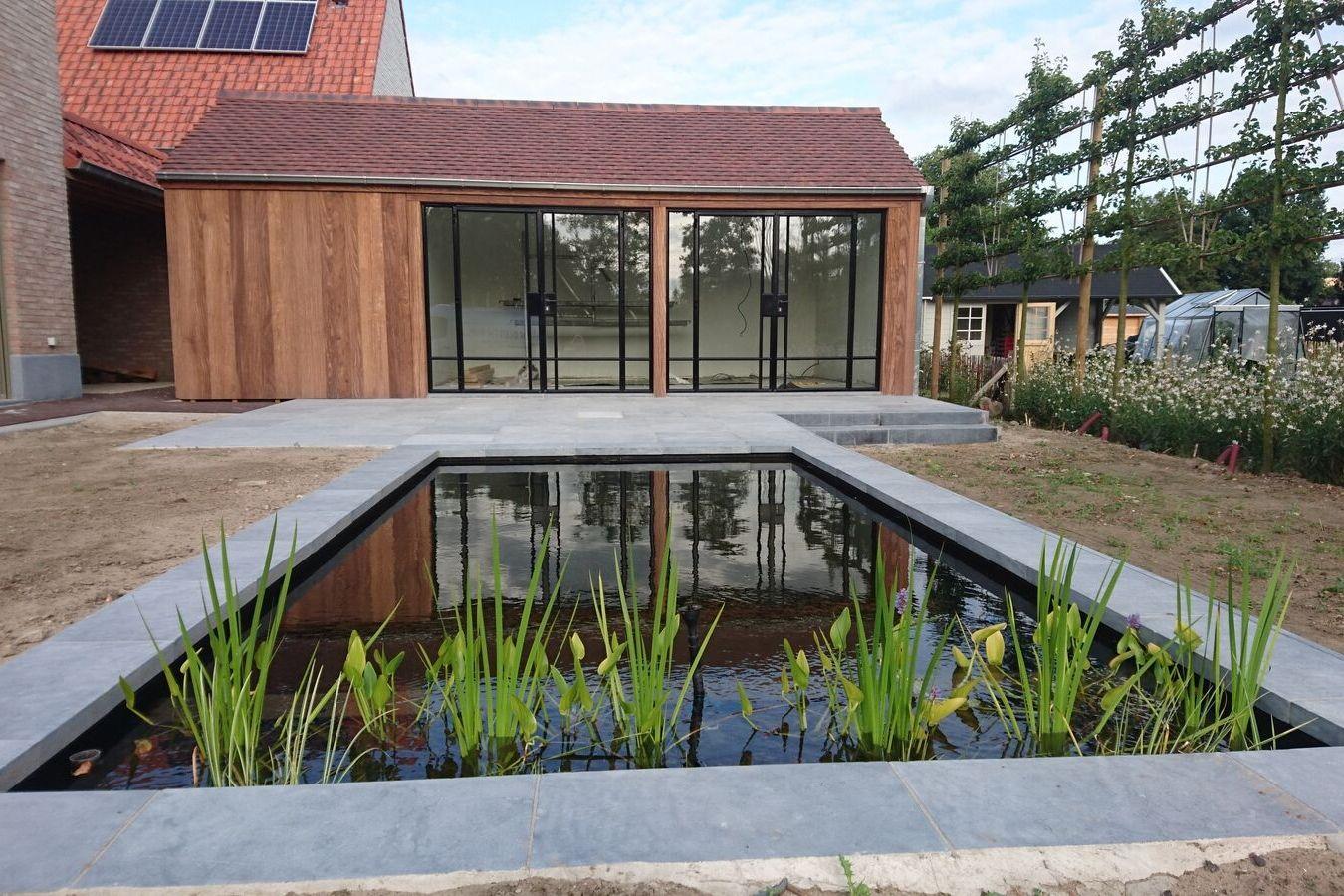 Pivotdeur tuinhuis - Stalen buitendeuren - project lokeren - Stalen Deuren Huys