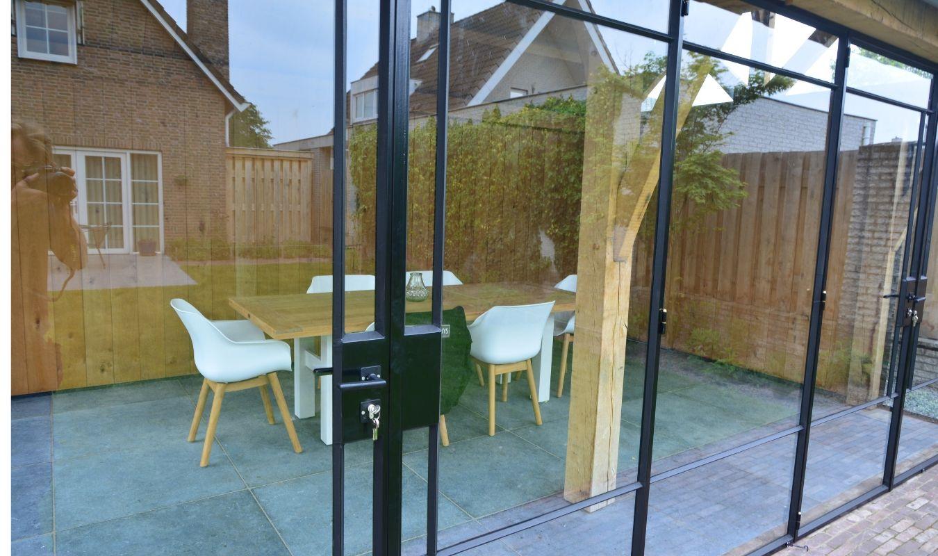 stalen buiten pui in luxe tuinhuis - stalen deuren huys