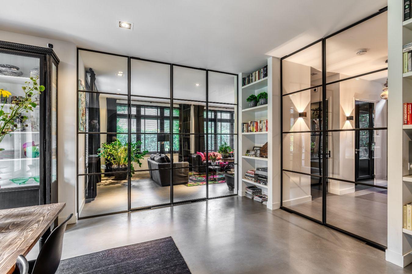 dubbele stalen taatsdeuren, oude tv productie pand vernieuwt in nieuwe villa, Hilversum, stalen deuren in woonkamer, realisatie door StalenDeurenHuys