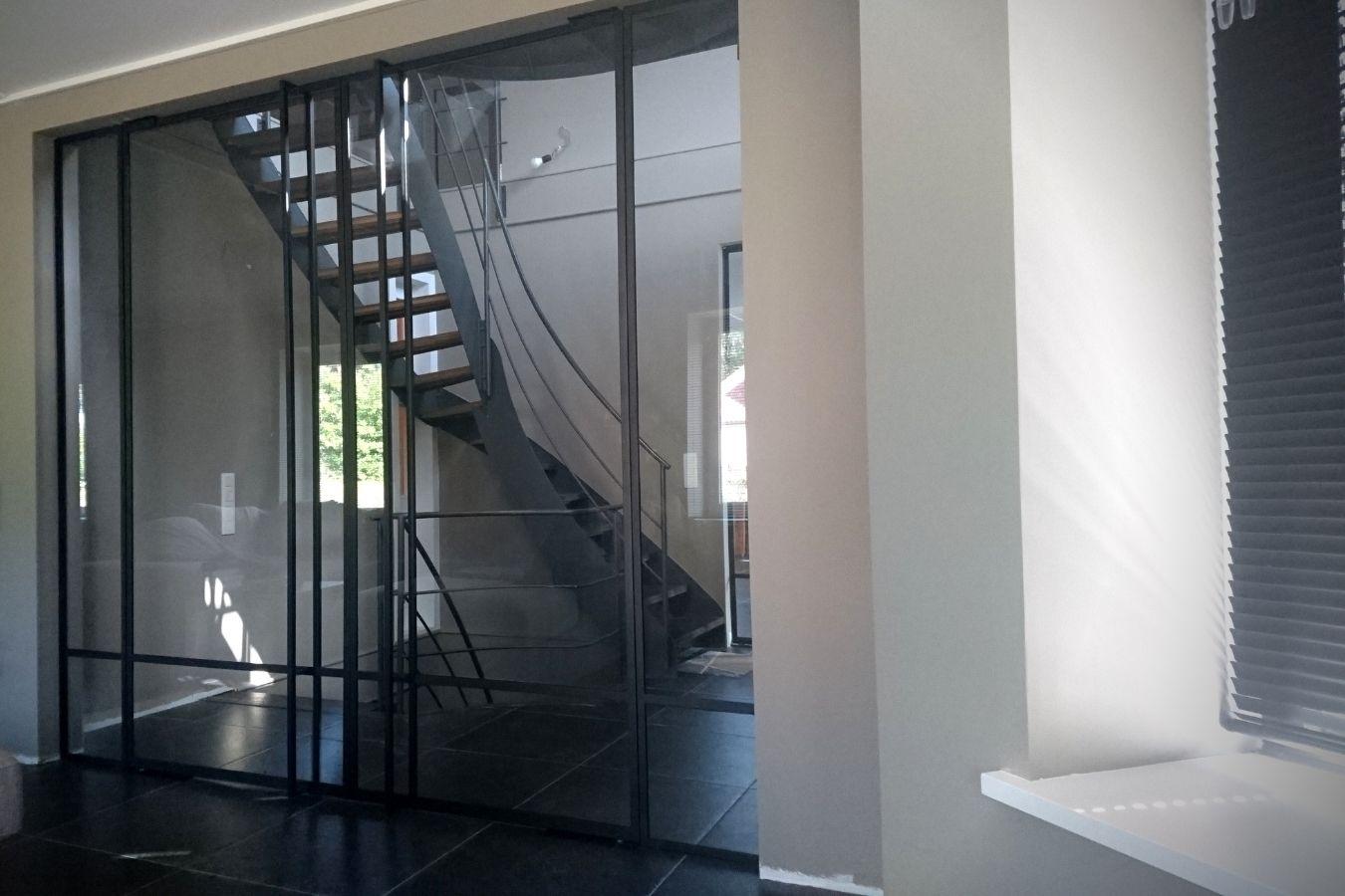 Stalen binnenpui - Stalen binnendeur - Stalen taatsdeur gerealiseerd door StalenDeurenHuys - Specialist in stalen deuren/pivot deuren