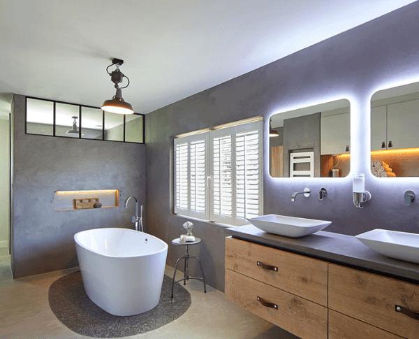 badkamer met stalen deuren en ramen