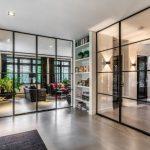 stalen deuren in woonkamer, oude tv productie pand vernieuwt in nieuwe villa, Hilversum, realisatie door StalenDeurenHuys