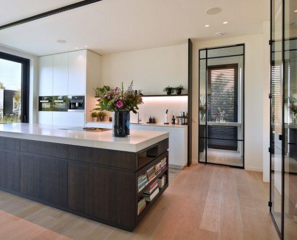 pivotdeur in luxe keuken, stalen deur, project Turnhout, stalen deuren gerealiseerd door StalenDeurenHuys