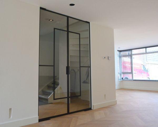 stalen dubbele taatsdeuren met aparte vormgeving door 'zwevend' middendeel, project Tiel, StalenDeurenHuys