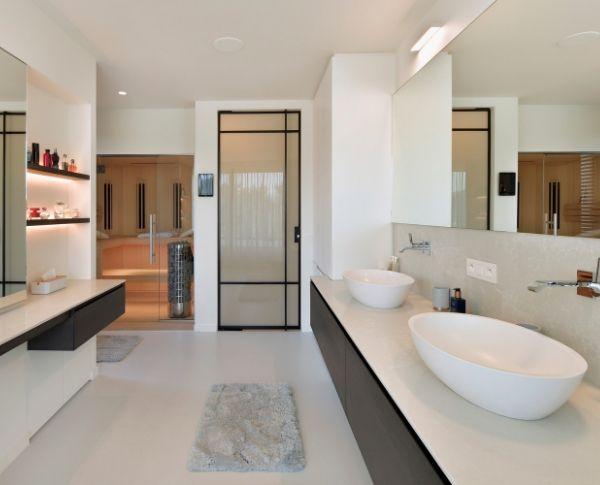 Stalen taatsdeur met melkglas in luxe badkamer, project turnhout, pivotdeur gerealiseerd door StalenDeurenHuys