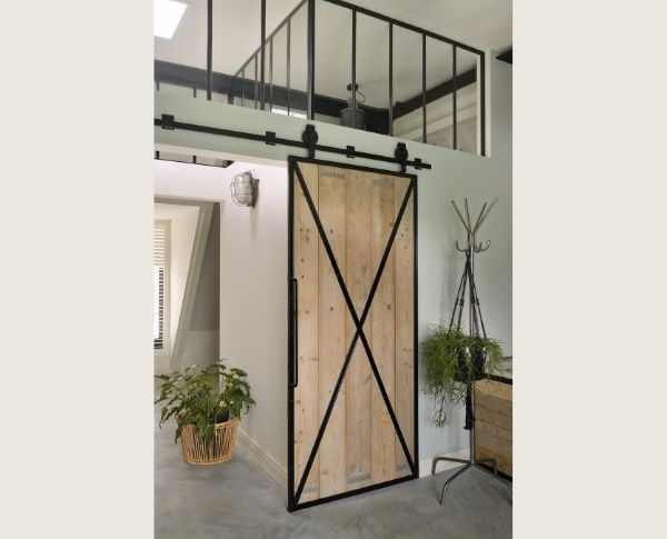 stalen schuifdeur in kantoor showroom - stalen deur met staldeur wielen StalenDeurenHuys
