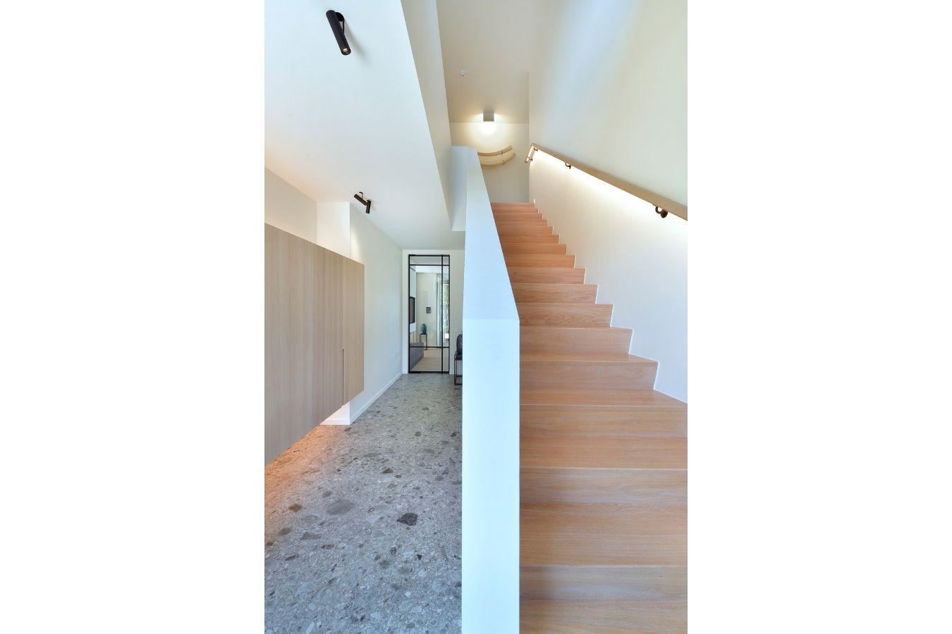 pivotdeur in luxe villa, stalen deur, project Turnhout, stalen deuren gerealiseerd door StalenDeurenHuys
