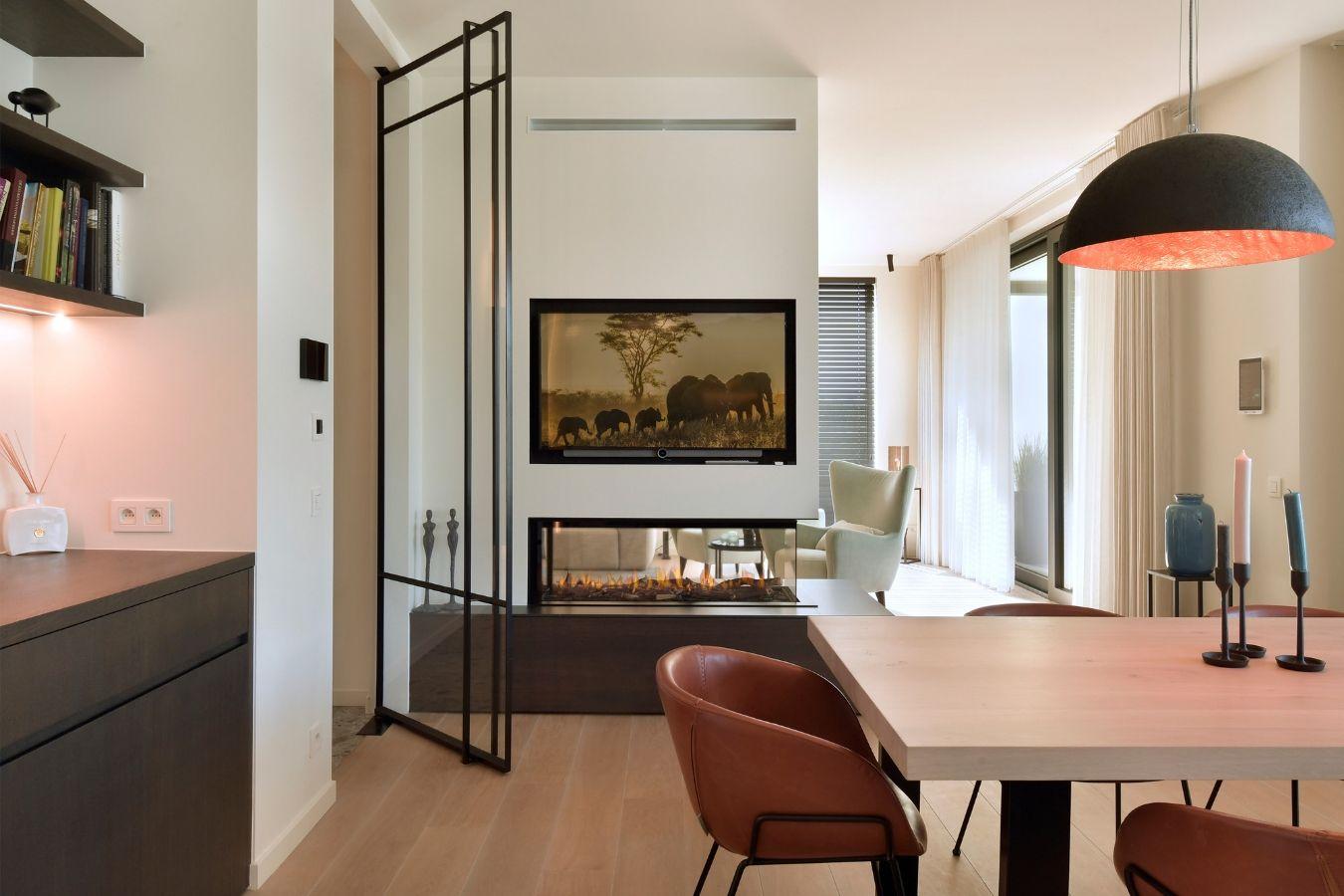 stalen deur met glas met deurgreep op volledige lengte, pivotdeur, stalen deur, project Turnhout, stalen deuren gerealiseerd door StalenDeurenHuys
