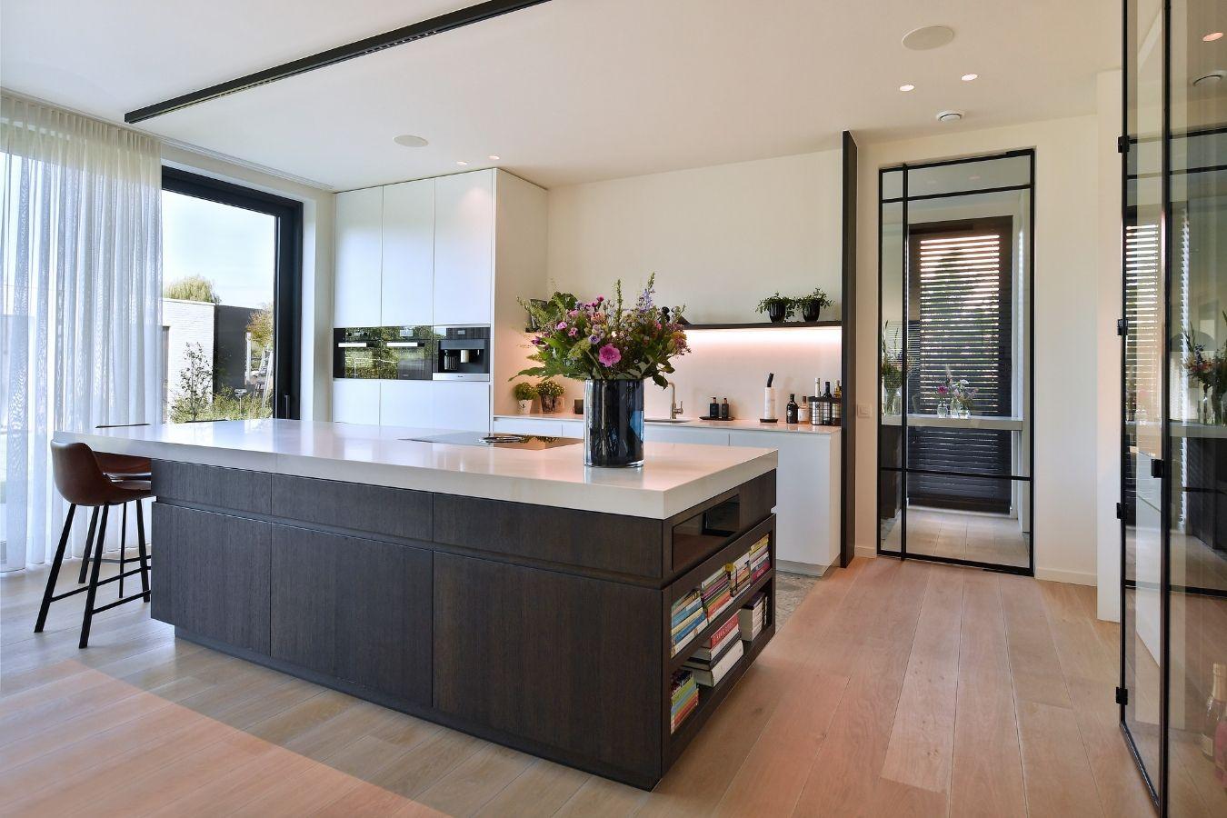 pivotdeur in keuken, stalen deur, project Turnhout, stalen deuren gerealiseerd door StalenDeurenHuys