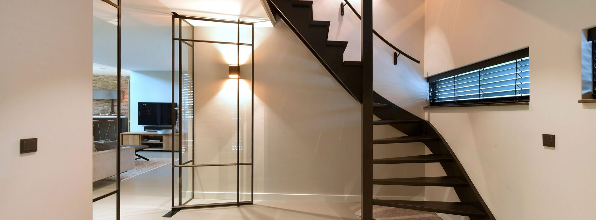 pivotdeuren, stalen deuren op maat, stalen deur met glas in hal gerealiseerd door Stalen Deuren Huys