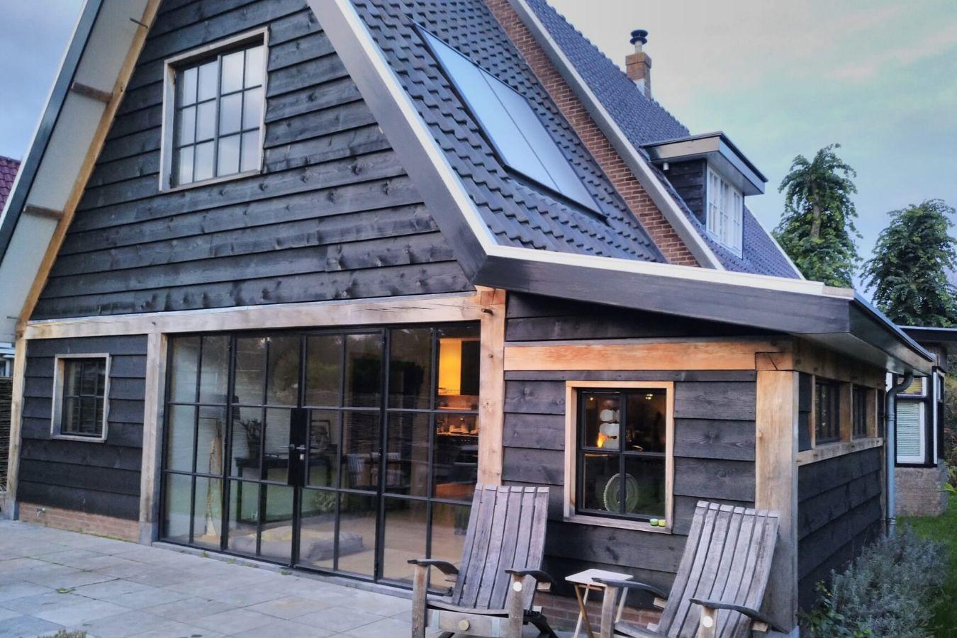 Stalen buitendeuren in moderne villa Oostvoorne