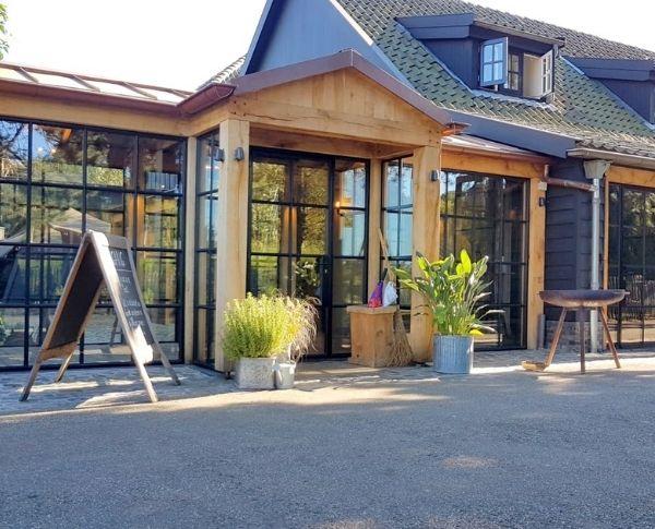 stalen deuren met glas in restaurant het ruiterhuys castricum