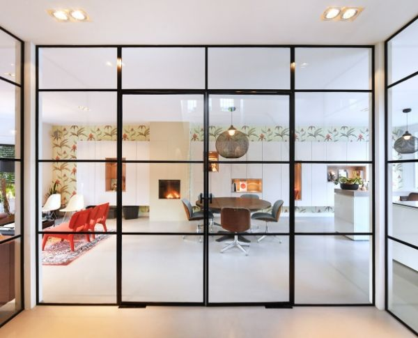 minimalistische stalen binnen puien in Zeist - stalen deuren woonkamer - stalen deuren op maat - stalen deuren met glas - pivotdeuren - stalen deuren in Nederland