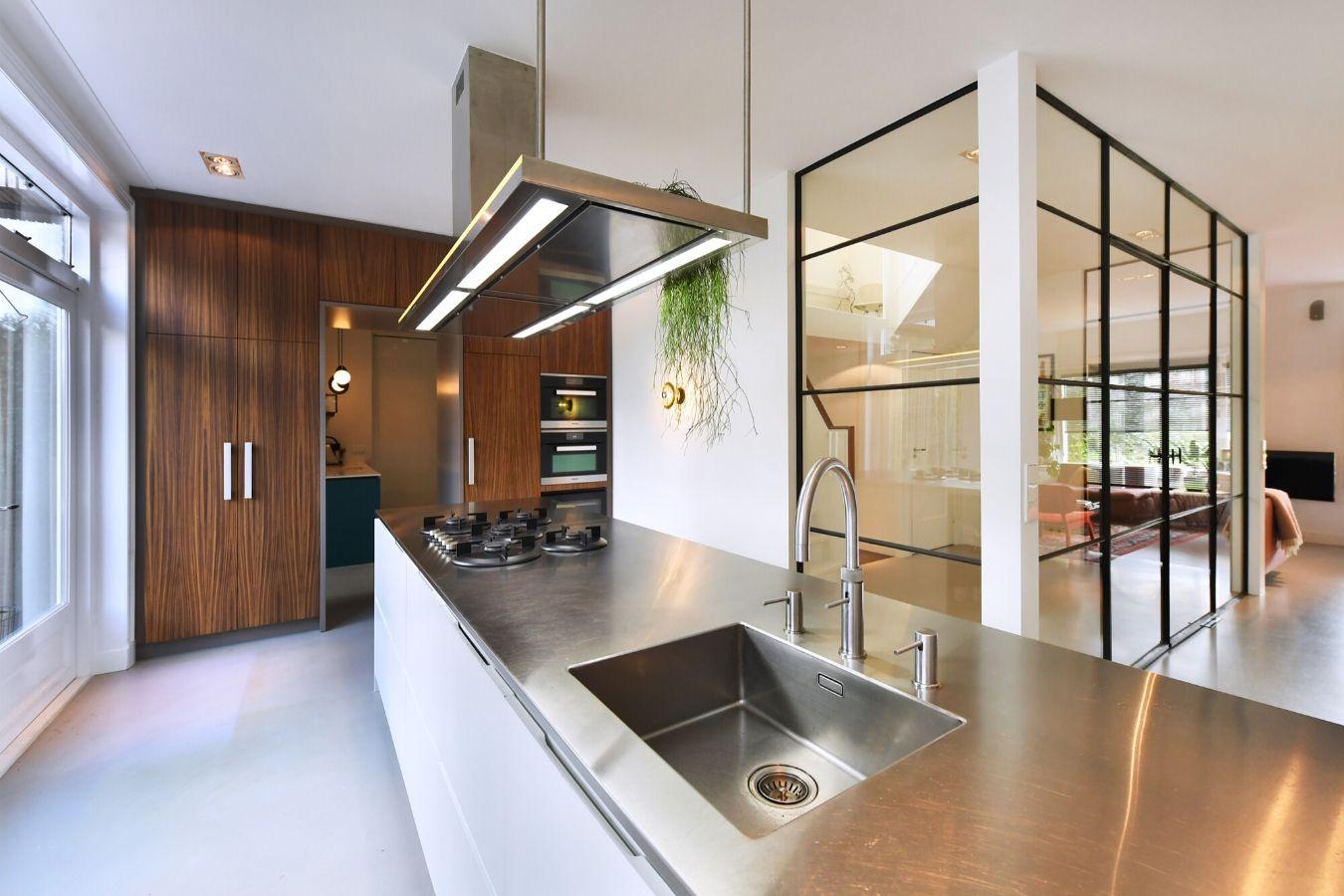 stalen deuren met ranke profielen in interieur Zeist, exclusieve metalen deuren
