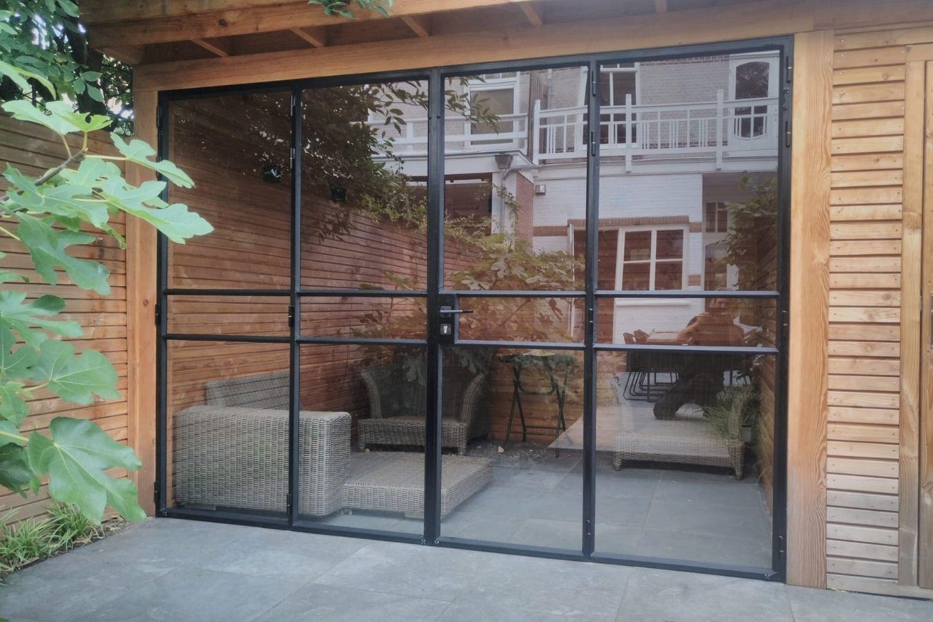 vouwdeuren van staal in tuinkamer