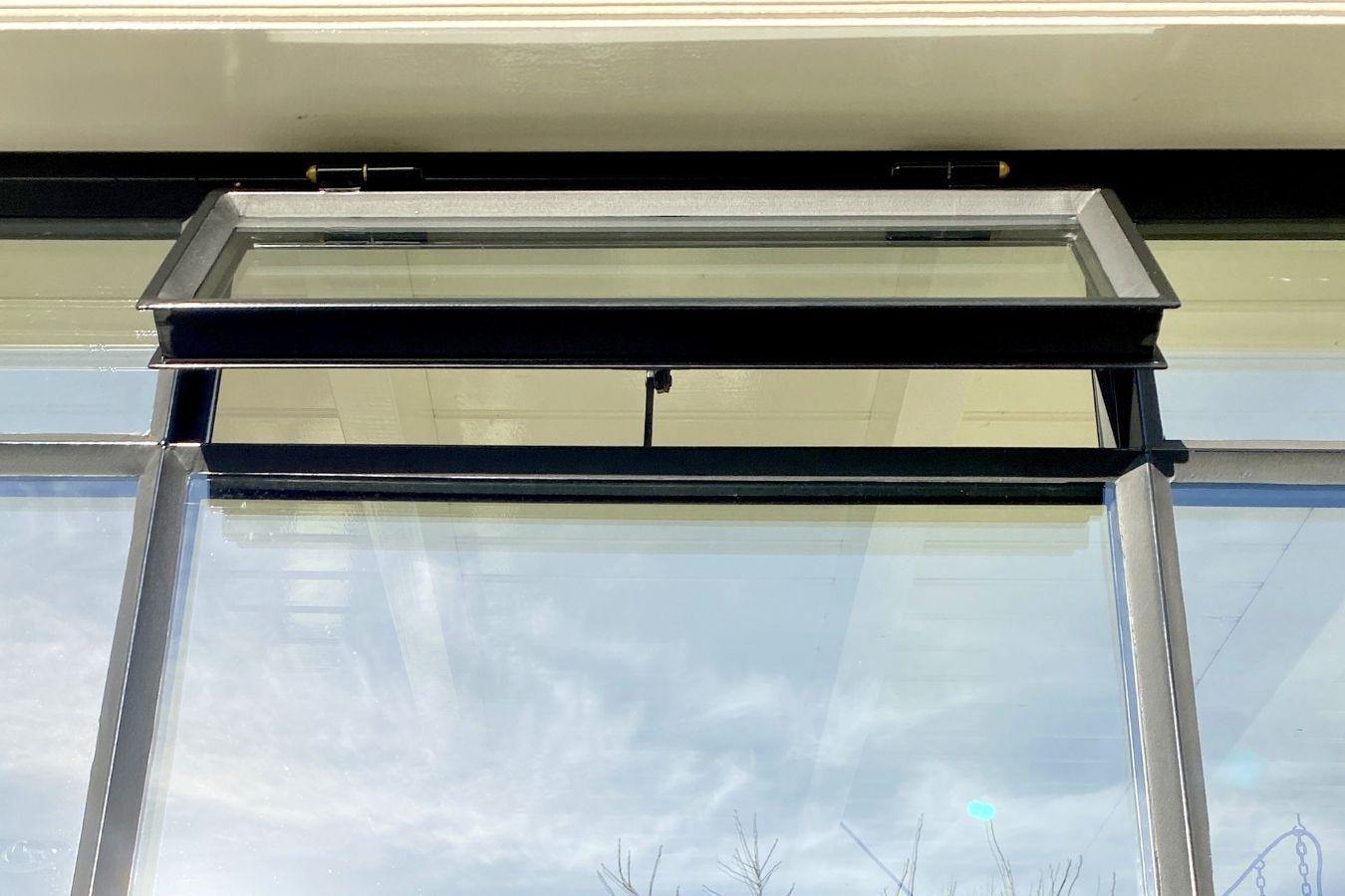 stalen buitenkozijn showroom stalendeurenhuys, vast buiten raam