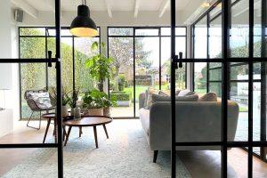 taatsdeur als roomdivider, stalen ramen en deuren StalenDeurenHuys showroom