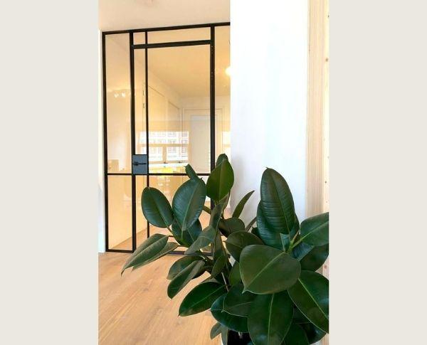 stalen scharnierdeur op maat in nieuwbouw appartement Amsterdam - StalenDeurenHuys
